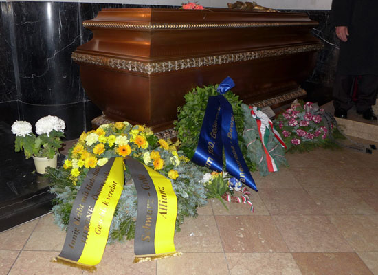 Schwarz-Gelbe Allianz: Tomb of Archduke Otto (1912-2011)